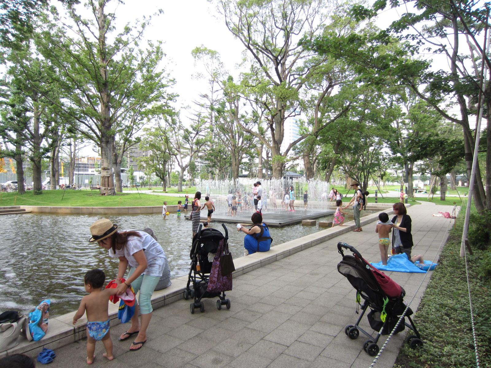 ≪中野セントラルパーク≫2013年の夏「噴水で子供たちが遊ぶ」